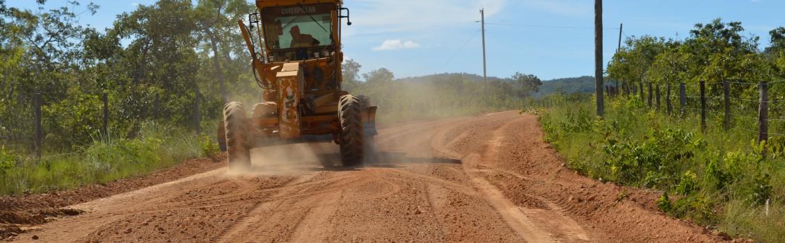 Secretaria de Infra Estrutura recupera estradas que dá acesso ao Assentamento Cambauba.