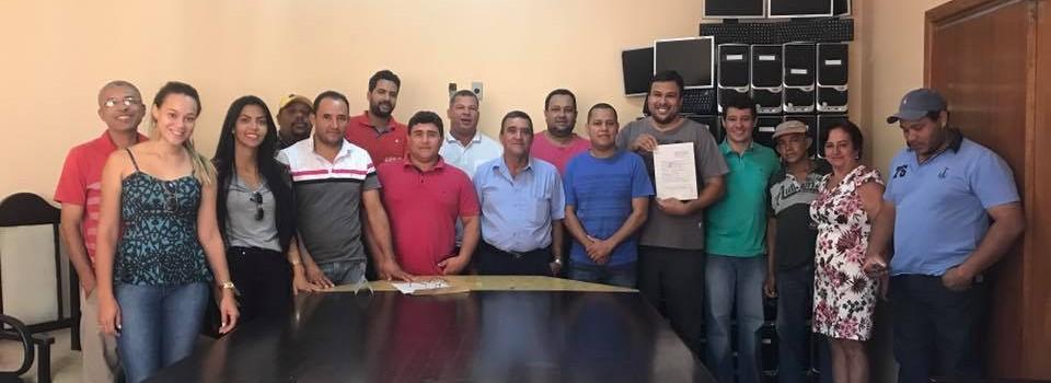 A Prefeitura Municipal recebe a doação de 30 computadores da Estação Metarreciclagem.