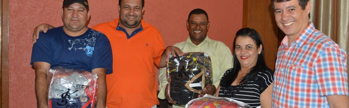 Prefeito Ronaldo Verdadeiro e Vice Prefeito Dr. Marcelo Marques  realizam a entrega de uniformes esportivos aos vereadores do PHS.