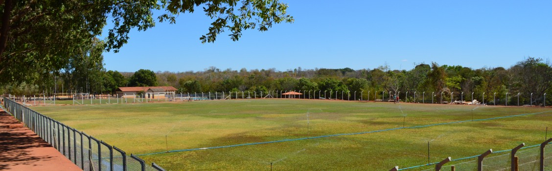 A Administração Municipal, prestar esclarecimentos a população sobre o corte dos eucaliptos em torno da área do campo poliesportivo.