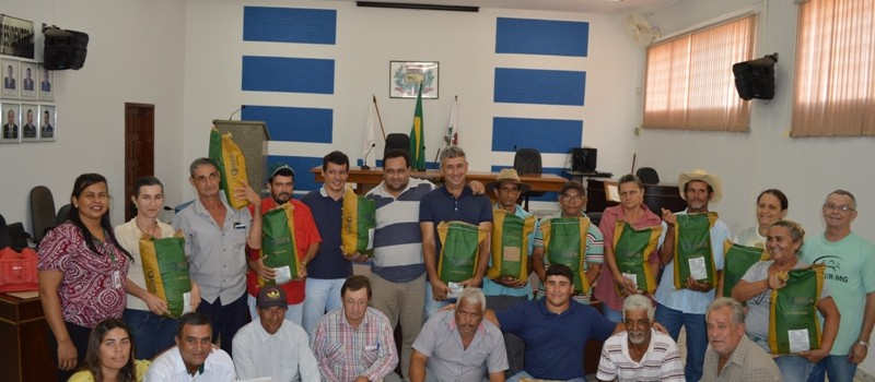Prefeitura Municipal de Uruana de Minas, entrega 5 toneladas de sementes de milho para Agricultores Familiares.