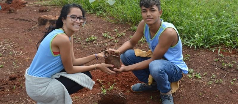 Administração Municipal, inicia Projeto de Arborização com alunos da Escola Municipal, plantando 46 mudas de Ipês em torno do Campo de Futebol.
