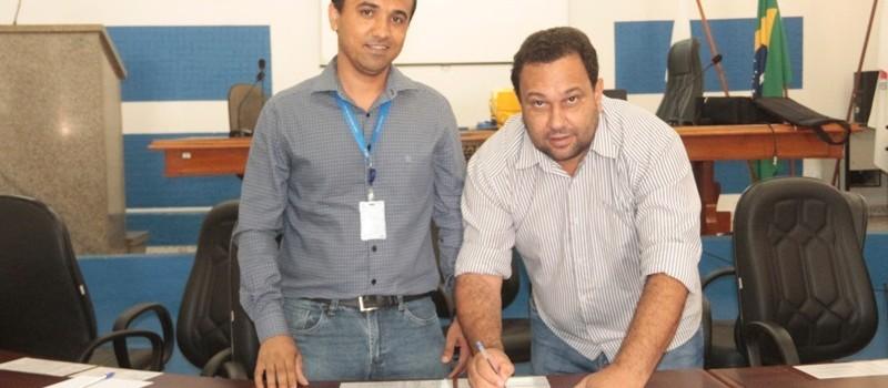 Prefeito Municipal Ronaldo Verdadeiro assina termo de oficial da Sala Mineira do Empreendedor para Uruana de Minas.
